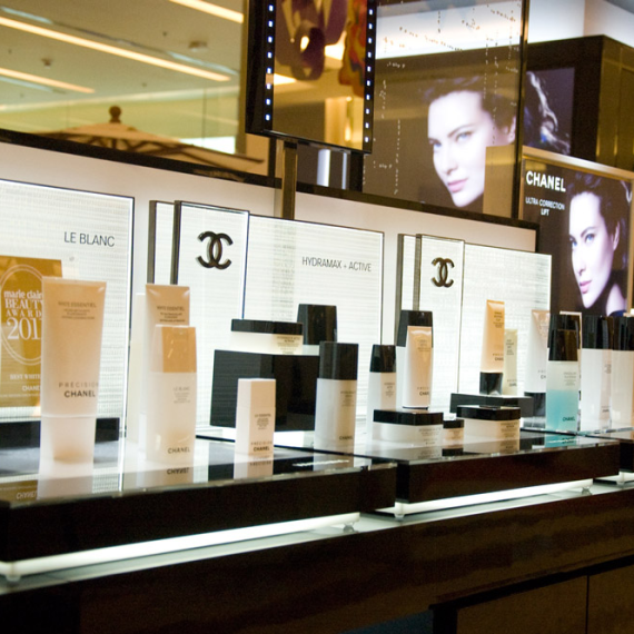 : : COUNTERTOP DISPLAY : : Chanel Le Blanc Make-up Bar